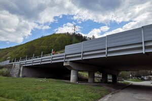 Protihluková stena v obci Trnavá Hora dostáva novú podobu.