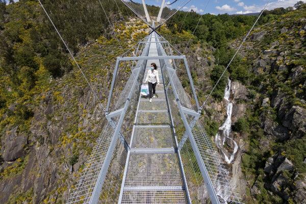 Približne 175 metrov pod konštrukciou tečie dravá rieka Paiva.