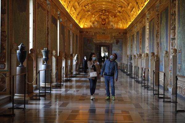 Návštevníci múzea vo Vatikáne.