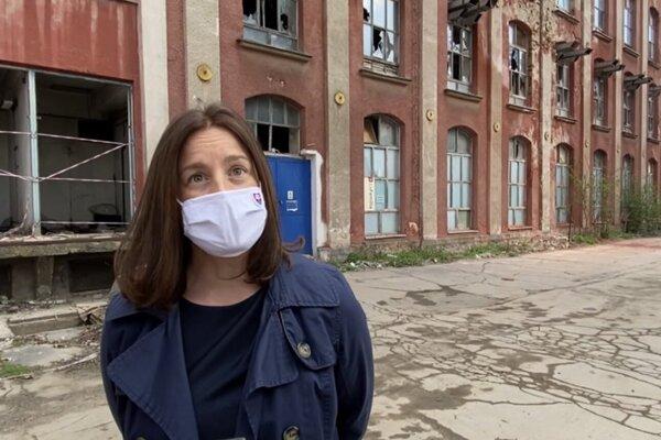 Ministerka kultúry Natália Milanová, vpozadí za ňou objekt pradiarne.