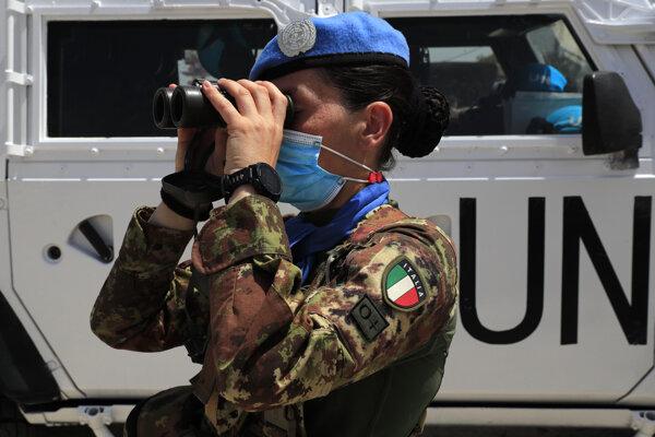 Na rokovanie dohliadajú aj mierové sily OSN.