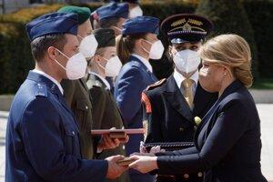 Zľava v popredí: Ocenený čatár Marek Sovský a prezidentka SR Zuzana Čaputová počas udelenia medailí vojačkám a vojakom, ktorí sa vyznamenali vynaloženým úsilím počas pandémie COVID-19.
