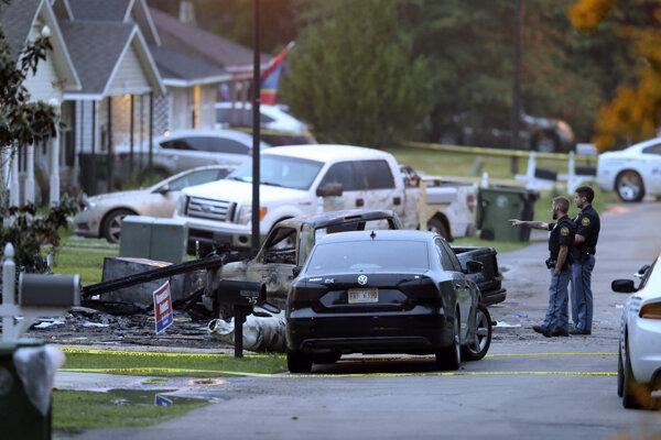 Miesto pádu lietadla do obytnej štvrti v meste Hattiesburg.