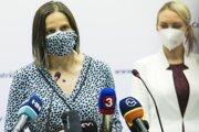 Ministerka spravodlivosti SR Mária Kolíková (vľavo) a poslankyňa parlamentu za hnutie Sme rodina Petra Hajšelová počas tlačového brífingu po návšteve Ústavu na výkon väzby a Ústavu na výkon trestu odňatia slobody v Bratislave.