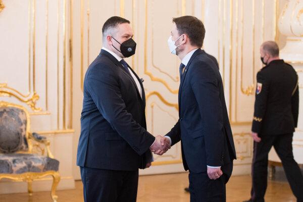 Premiér Eduard Heger (vpravo) podáva ruku novému riaditeľovi Slovenskej informačnej služby (SIS) Michalovi Aláčovi.