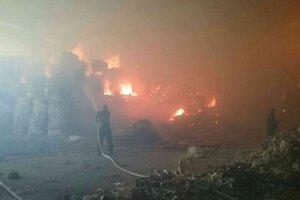 Hasiči zasahujú pri požiari v Harmanci už viac ako 24 hodín.