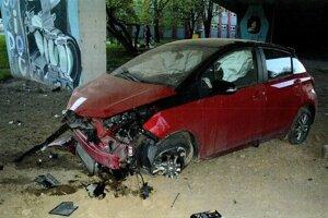 Auto nezodpovedného vodiča skončilo riadne poškodené.