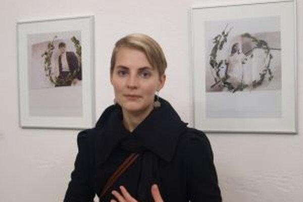 Monika Pascoe Mikyšková pri fotografiách z módnych časopisov v duchu retropoetiky – nazvala ich Rómeovi je to jedno a Júlia nevyzerá byť smutná. Vavrínové vence sú akoby rámiky na fotky.