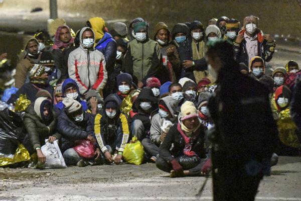 K brehom Talianska dorazilo cez víkend na člnoch viac ako 1 400 migrantov.