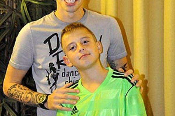 Marek Hamšík sa fotil s mladými Nitranmi. Na snímke Matej Franko.