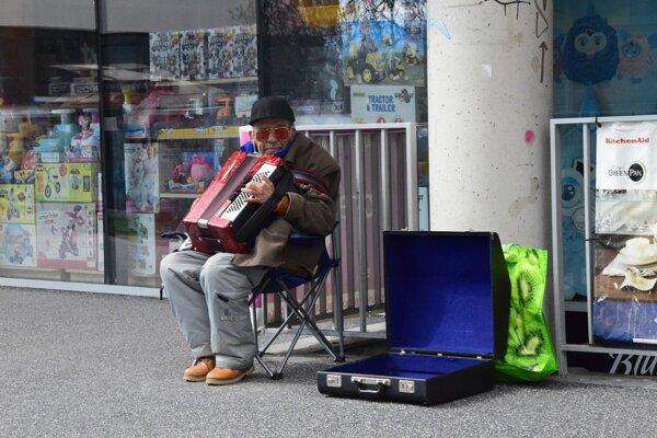 Žilinský muzikant Ľudovít zostal prekvapený, keď sa pri ňom ocitli až dve harmoniky.