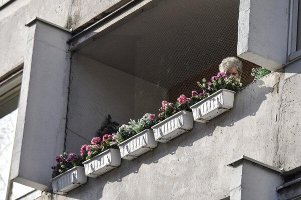 Klientka v Ružinovskom dome seniorov na Sklenárovej ulici 23. februára 2021 v Bratislave.