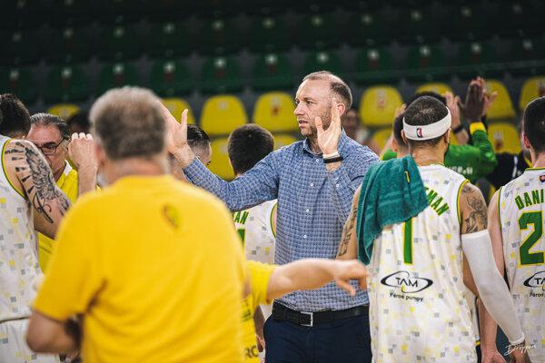Uprostred generálny manažér Levických Patriotov Ladislav Garaj po semifinálovej sérii sInterom Bratislava.  Levičania sú šťastní, cez svojho rivala zhlavného mesta postúpili do finále,