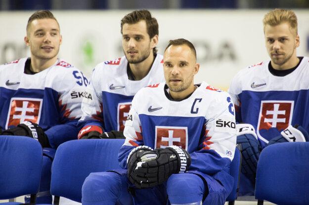 Andrej Sekera (vpredu) na tímovom fotení. Na MS v hokeji 2021 nepríde.