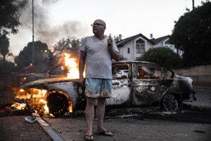 Izraelčan Jacob Simona stojí pri zasiahnutom aute v meste Lod.