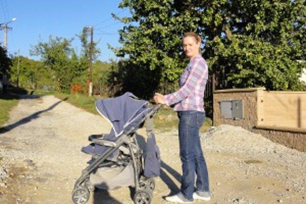 Mamička Tomáša Katarína Bencová tvrdí, že malý sa na ulici nemôže hrávať a keď s ním idú na prechádzku, ničí sa kočík.