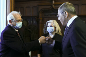 Ruský minister zahraničných vecí Sergej Lavrov (vpravo) a šéf diplomacie EÚ Josep Borrell počas stretnutia v Moskve.