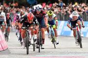 Caleb Ewan mieri do cieľa v 7. etape na Giro d'Italia 2021.