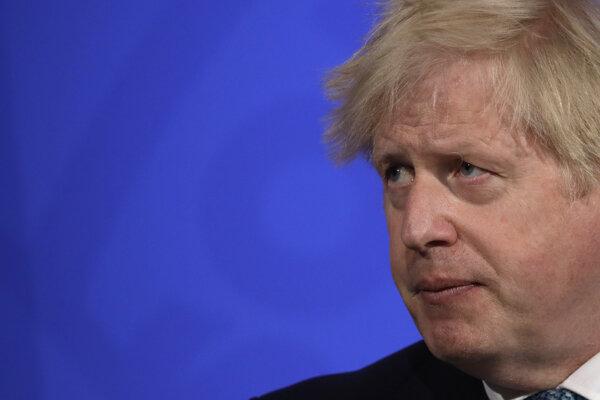 Britský premiér počas piatkovej tlačovej konferencie.