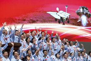 Radosť v riadiacom stredisku v Pekingu po úspešnom pristátí na Marse.