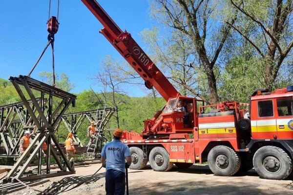 Most hasiči demontujú v troch etapách.