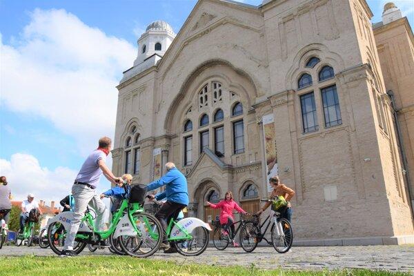 Štart prehliadky na zdieľaných bicykloch bol pri synagóge v Lučenci.