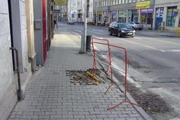 Aj táto rozkopávka na Mostnej ulici bola urobená bez povolenia.