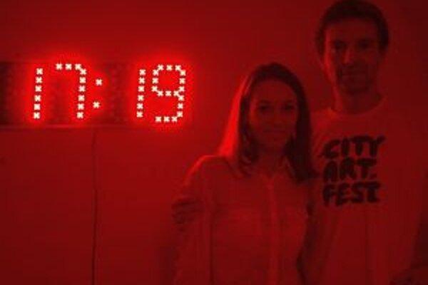 Autor Igor Ondruš s kurátorkou Ľudmilou Dragulovou pri červenej časomiere.
