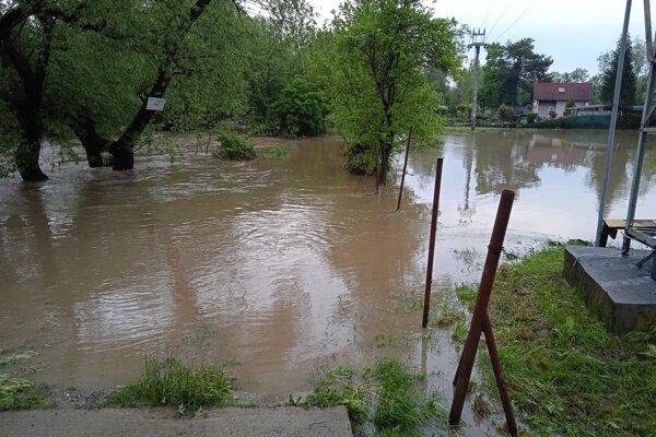 Vyliata rieka Olšava v obci Bohdanovce v okrese Košice-okolie v utorok večer.