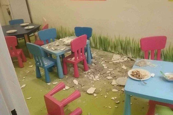 V škôlke na Medenej ulici v Bratislave spadla počas obedu na deti zo stropu omietka. Na snímke spadnutá omietka v súkromnej materskej škole na Medenej ulici v Bratislave 17. mája 2021.
