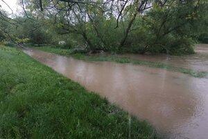 Hladina rieky Nitra pri lodenici v záhradkárskej osade Tekvičné pole v stredu popoludní.