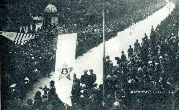 V cieľovej rovinke prvého ročníka bolo podľa dobových svedectiev až 15-tisíc divákov.