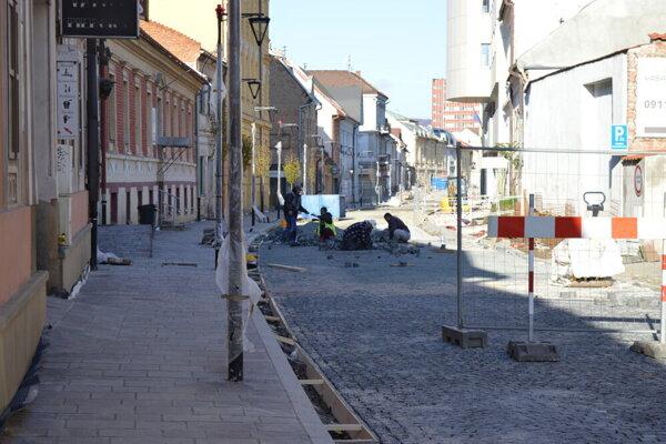 Obnova ulice stále pokračuje.