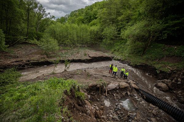 Hrádza nevydržala nápor vody.