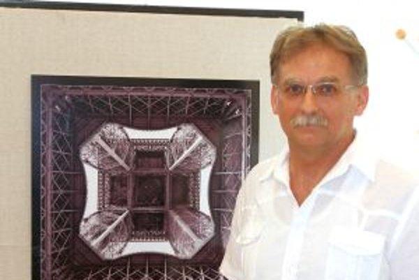 Pavol Čepček pri netradičnej fotografii Eiffelovky.