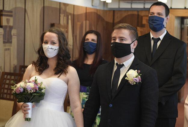Súčasťou svadobných outfitov sa stali rúška a respirátory.