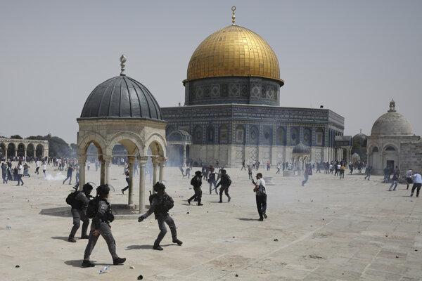 Násilie pri mešite al-Aksá medzi Palestínčanmi a izraelskou políciou.