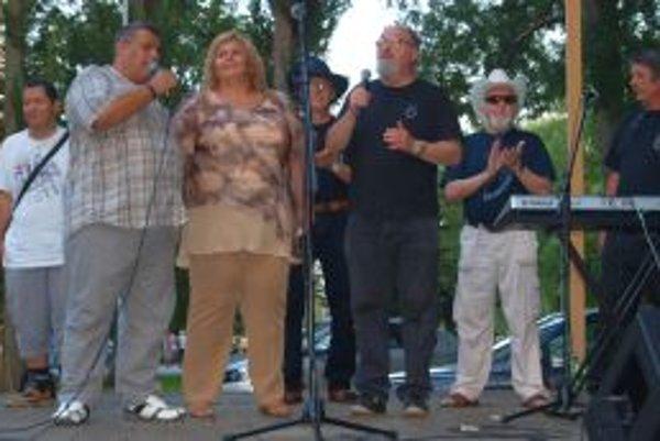 Čardáš sŕdc od Karola Duchoňa spievali všetci účinkujúci Koncertu pre nádej.