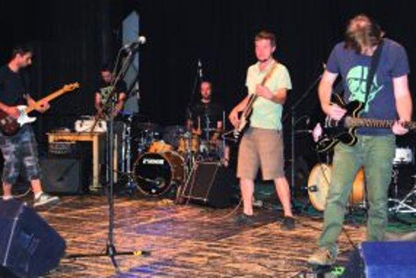 Na pódiu hrá Dirty Disco Rockers.