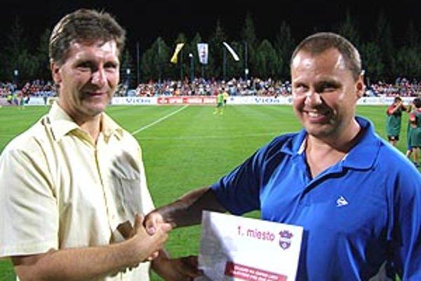 Vpravo výherca zájazdu na Ligu majstrov Vladimír Hudec, blahoželá mu športový riaditeľ klubu Milan Galaba.