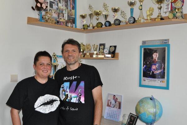 Ivana a Vladimír Holešinský v synovej izbe.