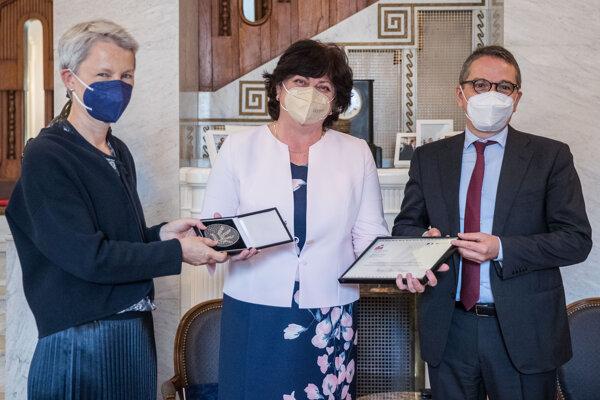 Ombudsmanka Mária Patakyová, vľavo nemecká veľvyslankyňa na Slovensku Barbara Wolfová a francúzsky veľvyslanec Christophe Léonzi počas udeľovania Francúzsko-Nemeckej ceny za ľudské práva.