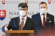Podpredseda vlády Štefan Holý a vpravo predseda Boris Kollár.