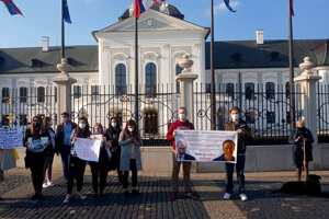 Proti Putinovi sa demonštruje v Rusku aj pred Prezidentským palácom v Bratislave.
