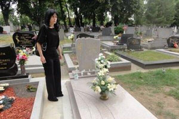 Monika Lelovicsová pri hrobe svojho syna.