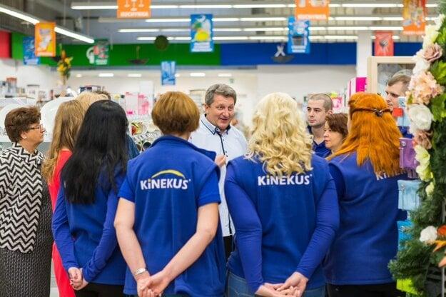 Štefan Súkeník motivuje zamestnancov tesne pred otvorením novej predajne.