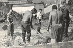 Éra veľkého budovania. Na mieste starej jedálne pre robotníkov, ktorí budovali vodný kanál, postavili v dedine kultúrny dom.