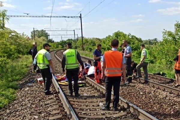 Vlak v Devínskej Novej Vsi zrazil dve dievčatá.