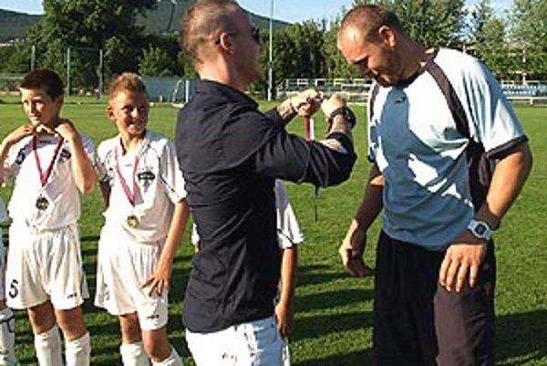Miroslav Stoch pred týždňom dekoroval piatakov FC Nitra, vedených trénerom Jurajom Gombárom, z prvenstva v súťaži.
