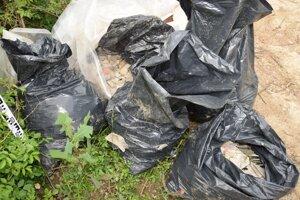 Polícia našla igelitové vrecia so stavebným odpadom v lese.
